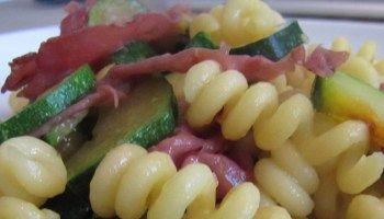 La bresaola, è molto ricca di proteine, si utilizza spesso nelle diete ipocaloriche perchè ha una quantità di grassi piuttosto bassa. Ingredienti per 4 persone: Pasta tipo lumache o fusilli g 350 6 zucchine 20 fette di bresaola 1 cipolla 3 cucchiai di olio e.v.o. sale q.b. pepe q.b. grana padano q.b. http://www.marketingbeyondlimits.com/pasta-corta-con-verdure-e-bresaola-valtellina/