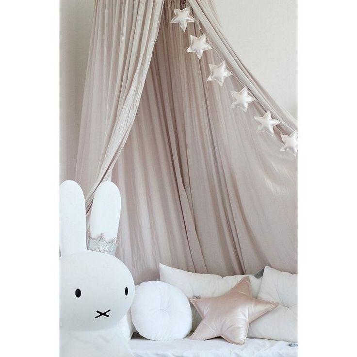 Vimpel stjärnor.Sex stycken vackert skimrande stjärnor är redo att snabbt förändra ditt barns rum på en massa olika sätt. Vimplar tillhör bland de mest effektiva man kan använda när det är dags att inreda barnrummet. I sin enkelhet gör den stort intryck vid fönstret, på en vägg, under en sänghimmel eller vid barnsängen. Oavsett placering kommer dessa stjärnor att förgylla vardagen.Finns i färgerna: Puderrosa, silver och guld.Mått: girlangens längd 145 cm, stjärnorna är 11 cm...