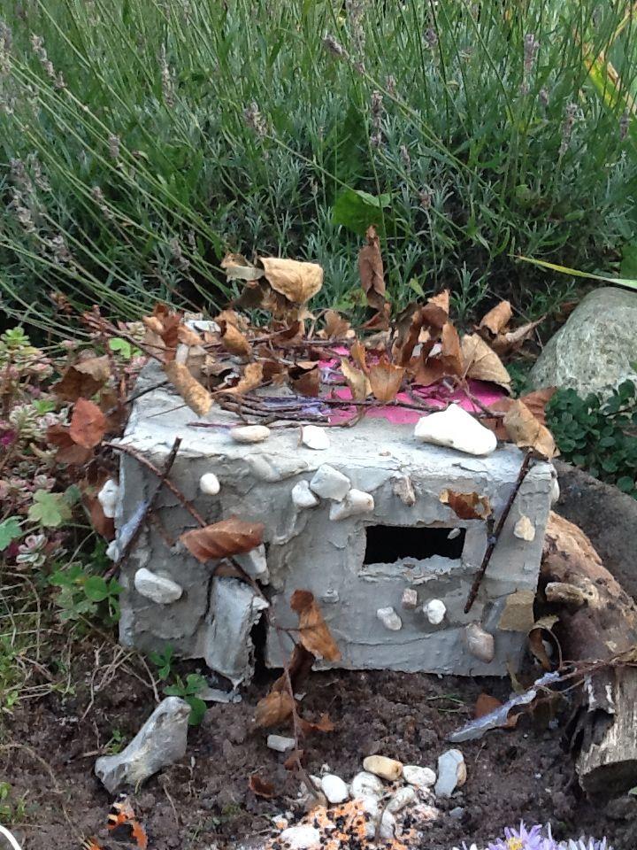 Fairyhouse Een doos besmeren met snelcement Beplakken met takjes en steentjes  Vergeet de deur en de ramen niet.