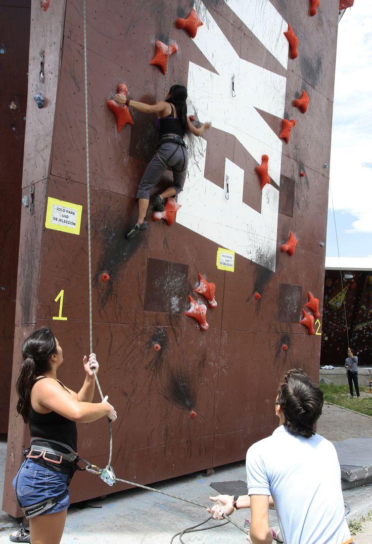 Para escalar se necesita de dos personas: una da seguro (sujeta la cuerda), la otra escala. Es vital la confianza que exista entre ellos.