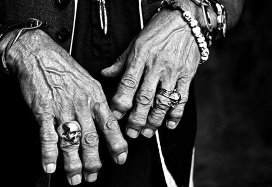 Poucas são as mãos que causam tamanho espanto e admiração. Não só pelo aspecto estético das falanges e juntas deformadas, preço cobrado por 50 anos ininterruptos de execução furiosa de acordes em g…