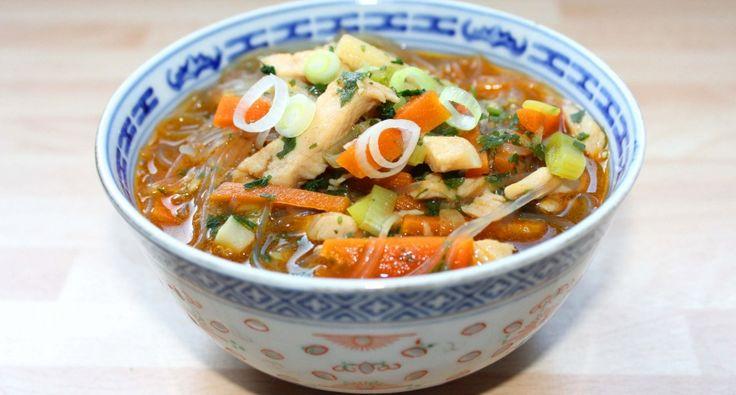 """Kínai csirkeleves recept: Szeretem a kínai ételeket, néha magam is készítek. Ez a kínai csirkeleves recept az egyik kedvencem, mert gyorsan elkészíthető, és nagyon finom. Számomra a kínai levesek egyik legjobb tulajdonsága, hogy nincs bennük sok lé, hanem inkább a """"sűrűje"""" dominál. Természetesen ez ízlés dolga, aki hígabban szereti, tehet bele több vizet, csak akkor oda kell figyelni az ízesítésre is. Aki teheti, próbálja ki! :)"""