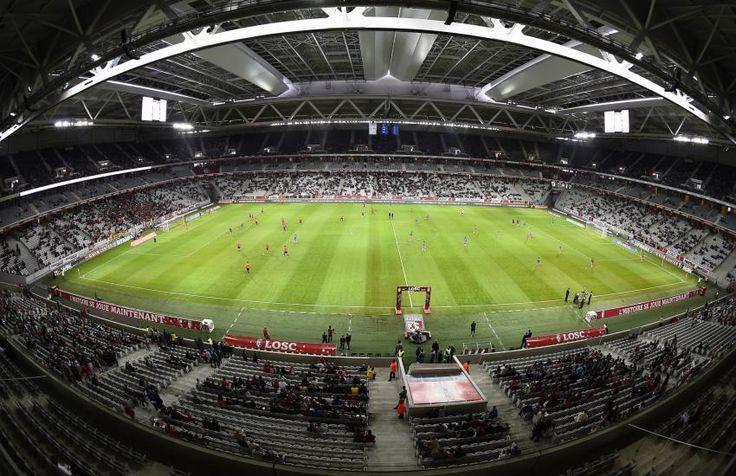 Stade Pierre-Mauroy - Lille - 50 186 places  Grand Stade renommé à la mémoire de l'ancien maire de la ville, décédé en juin 2013, le stade du LOSC a été inauguré en 2012. Avec son toit rétractable, l'enceinte a coûté 282 millions d'euros et fait partie des plus modernes en France et en Europe. Il accueillera, tout comme les nouveaux stades de Nice, Lyon et Bordeaux, l'Euro 2016. (L'Equipe)