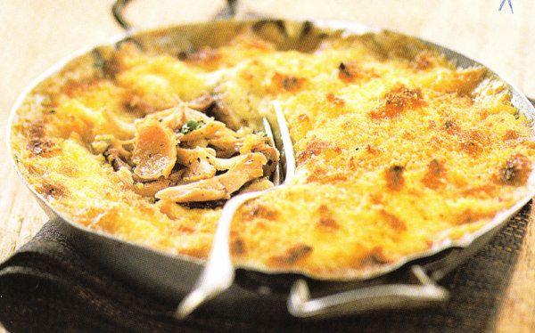 Parmentier poulet/lardons: 4blancs +100g lardons fumés +1purée patates 4pers +25cl lait +20cl crème épaisse +1oignon +Thym +20cl bouillon volaille +50g beurre +Persil +Porto rouge +Chapelure +S+P=revenir poulet lanières 5 min +lardons +oignon émincé ds 20g beurre . Verser bouillon +thym, mijoter couvert 15 min. +crème +1trait porto, continuer cuisson-> sauce épaisse +persil. Faire purée +lait +noix beurre +S+P. Verser poulet ds plat four +couvrir purée +chapelure +copeaux de beurre 20min…