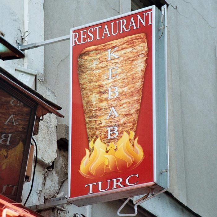Une enquête au long cours sur ceux qui conçoivent et installent les tofs de sandwiches et autres incroyables pancartes ornant les devantures de nos kebabs.