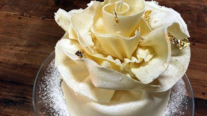 White Princess Cake -Rudolph's Bakery  | it de rest van de slagroom en giet dit over de gehakte chocolade. Roer tot de chocolade is opgelost. Los de gelatine op in aanhangend vocht en roer door het...