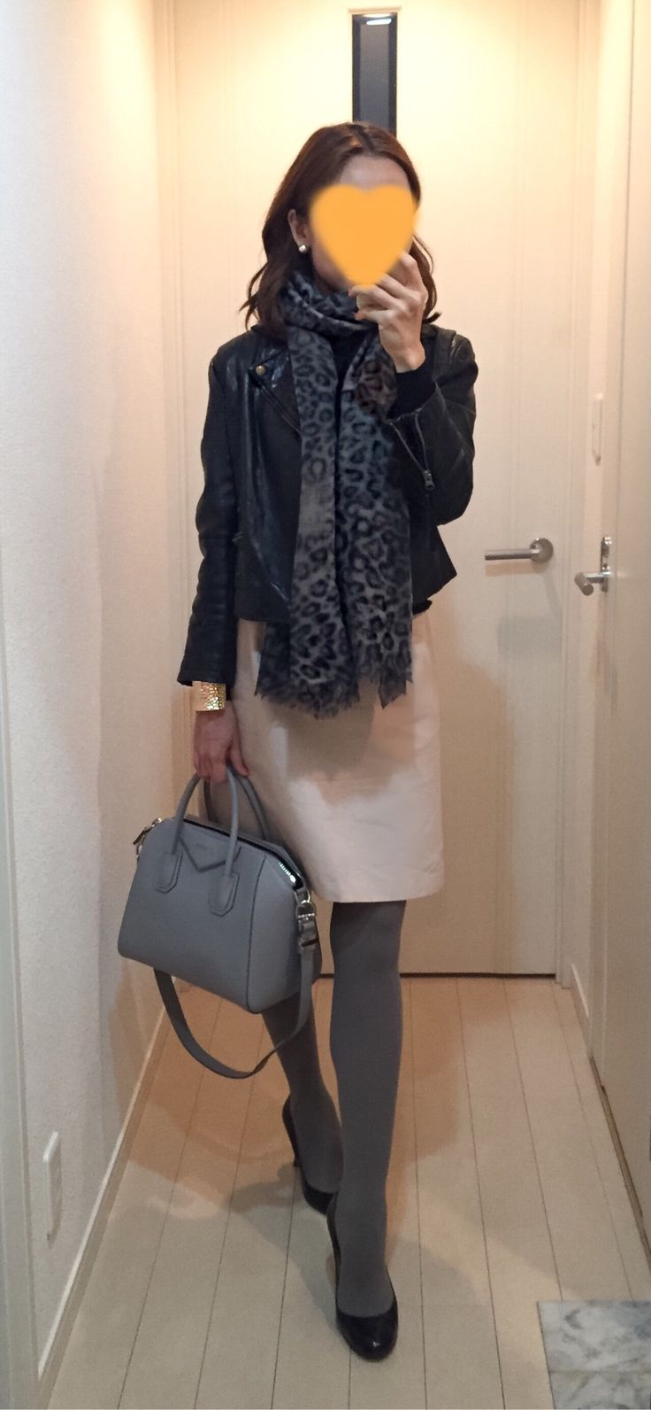 Leather jacket: IENA, Black sweater: Drawer, Pink beige skirt: Ballsey, Bag: GIVENCHY, Pumps: LANVIN en bleu