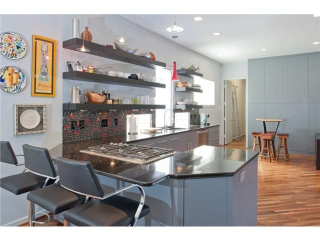 Gray kitchen // Red accents // Open shelving