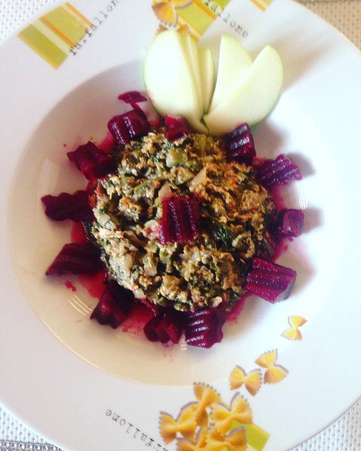 En güzel mutfak paylaşımları için kanalımıza abone olunuz. http://www.kadinika.com Yumurtalı Pazı sapı kavurması pancar salatası ile akşam yemeği.. Ev ve işi bir arada götürüyorken sağlıklı beslenmek istiyorken üstüne bir de sağlıkla beslemek istediğiniz çocuk varsa hep plan hep çaba göstermek gerekiyor( eşi saymadım o zaten nasipleniyor ) pazıları dün yıkadım.. Bugün saplarını bol soğanla kavurup bol karabiberle tatlandırıp yumurta ile son dokunuşu yaptım. Yaprakları için bu akşam bir…