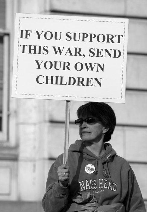 « Si vous soutenez cette guerre, envoyez vos propres enfants ». Message très efficace de cette militante anglo-saxonne. L'idée que la guerre pourrait toucher un proche ne suffit pas toujours à décourager les plus belliqueux mais elle convaincra probablement la grande majorité des indécis.