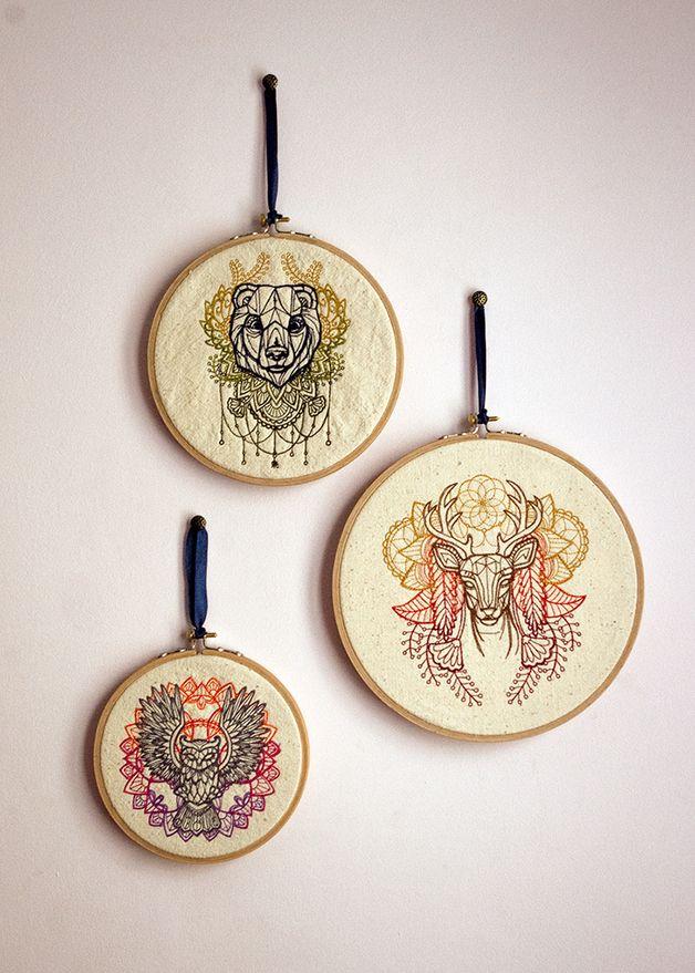 Zestaw tamborków drewnianych z haftowanym wizerunkiem jelenia, niedźwiedzia i sowy.  Możliwość wyboru własnej palety kolorów.