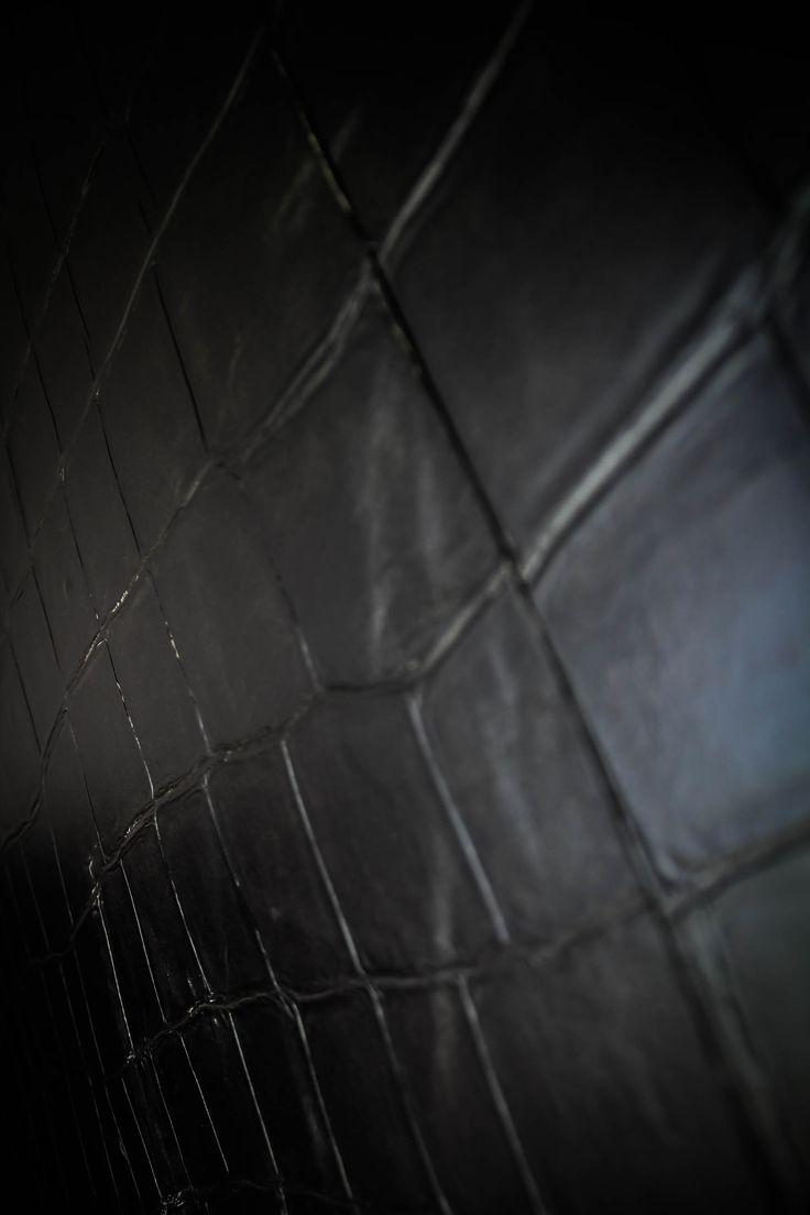 Tapisserie noire en relief, effet croco