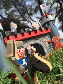 Detská stavebnica Hrad Čierneho rytiera Cardboard puzzle od francúzskej firmy Janod je špičkový výrobok spĺňajúci prísne kritéria kvality a bezpečnosti. Okolie hradu je vytvorené systémom puzzle, ktoré má 30 dielov.