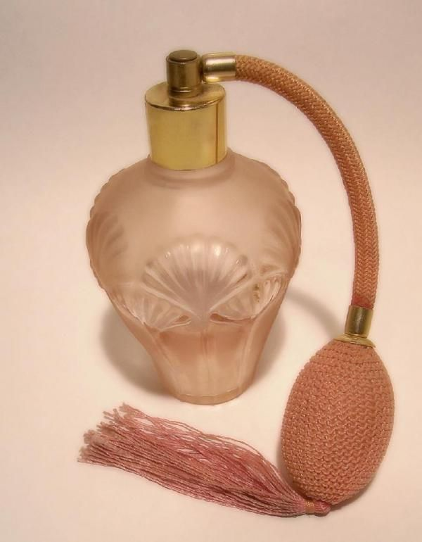 Como fazer perfume em casa. Os perfumes e colônias tendem a ser caros e se os utilizarmos diariamente, acabam rápido. Uma boa solução pode ser fazê-los nós mesmos em casa, que será muito mais econômico. Desta forma também podemo...