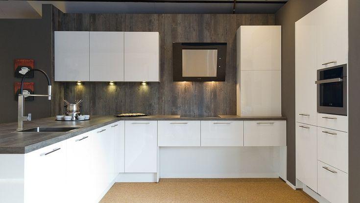 Keukenloods - Gaanderen 5.000,- inclusief app. wit glans, schiereiland u-vorm + hoge kasten.nl - E0021001