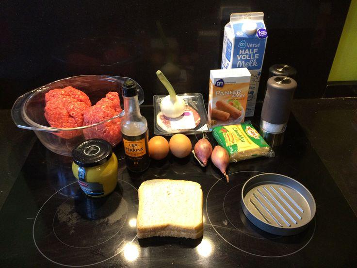 Je start met een BBQ-blog en je eerste post gaat over een broodje hamburger. Had dat nou niet wat uitdagender gekund? Nou, eigenlijk niet. Voor een broodje hamburger heb je nogal wat zaken nodig, namelijk: Eenhamburger Een broodje Ketchup(zie dit recept) Mayonaise BBQ Saus en nog wat garnering als gebakken uien, spek, slices augurk, chedder …