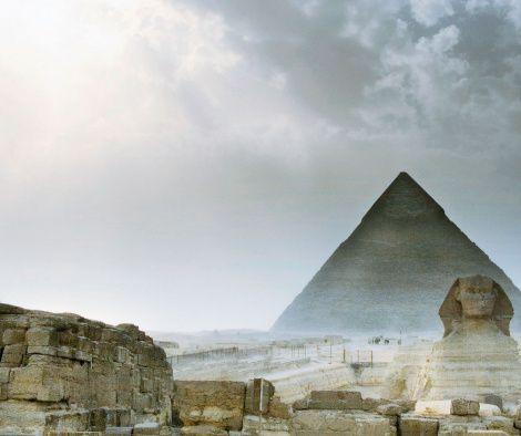 Eintauchen in die Welt der Pharaonen, im Schatten der Dattelpalmen dampfenden Minztee in kleinen Goldrandgläsern schlürfen, durch den Basar streifen, vorbei an leuchtenden Gewürzbergen, Alabasterfiguren, Teppichen und Tüchern: Ägypten.