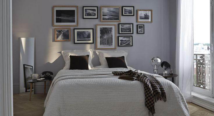choix judicieux que cette peinture grise au dessus du lit pour mettre en valeur le mur de cadres. Black Bedroom Furniture Sets. Home Design Ideas