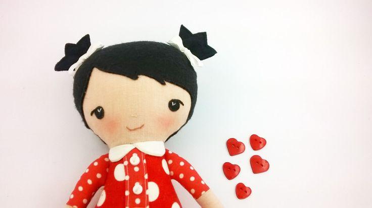 Bambola di stoffa alta 26cm con capelli neri legatin in due ciuffetti con fiocchetti bianchi Bambola di pezza Bambola con vestito rosso di CucuKids su Etsy