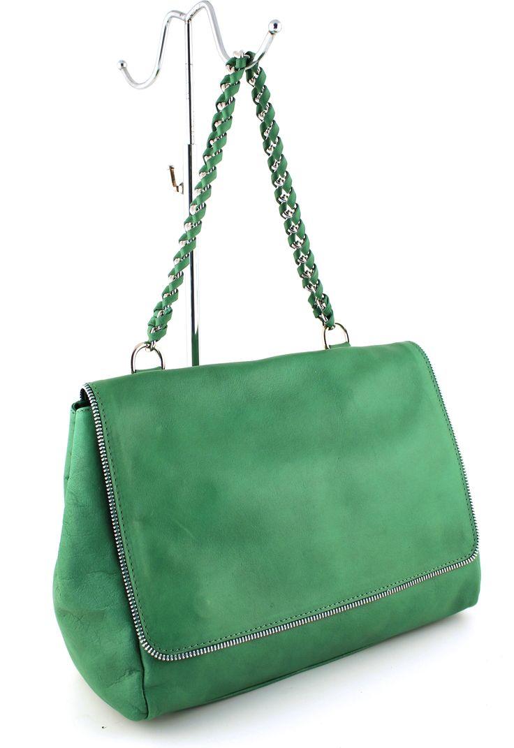 Flot og enkel taske, pyntet med en halv lynlås i kanten.