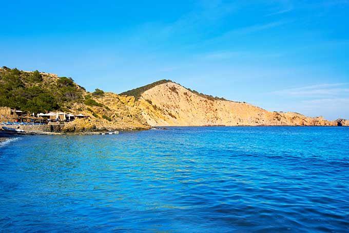 Cala Jondal Vlakbij partyresort Playa d'en Bossa, ligt Cala Jondal, een plek om te zien en gezien te worden op Ibiza. Hier komen beroemdheden en party animals graag om hun kleurtje bij te werken voordat het ze zich in het nachtleven storten.