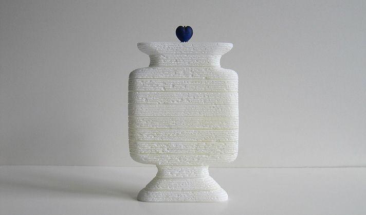 Huisurn Marianne van den Heuvel, witte albast met Venetiaans glas hartje