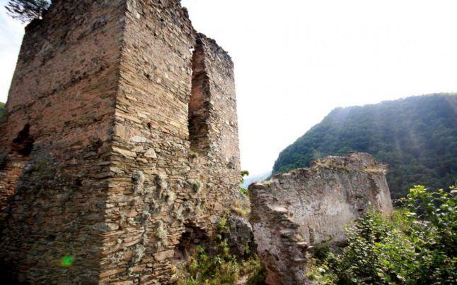 FOTO Blestemul dintre ruinele cetăţii lui Jules Verne, de la poalele Retezatului | adevarul.ro