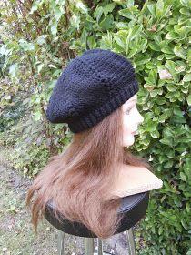 het patroon is een bewerking van mijn favoriete baret-patroon   de bonita-hat ..   Tussen de stokjes heb ik gehaakt   een puf-...