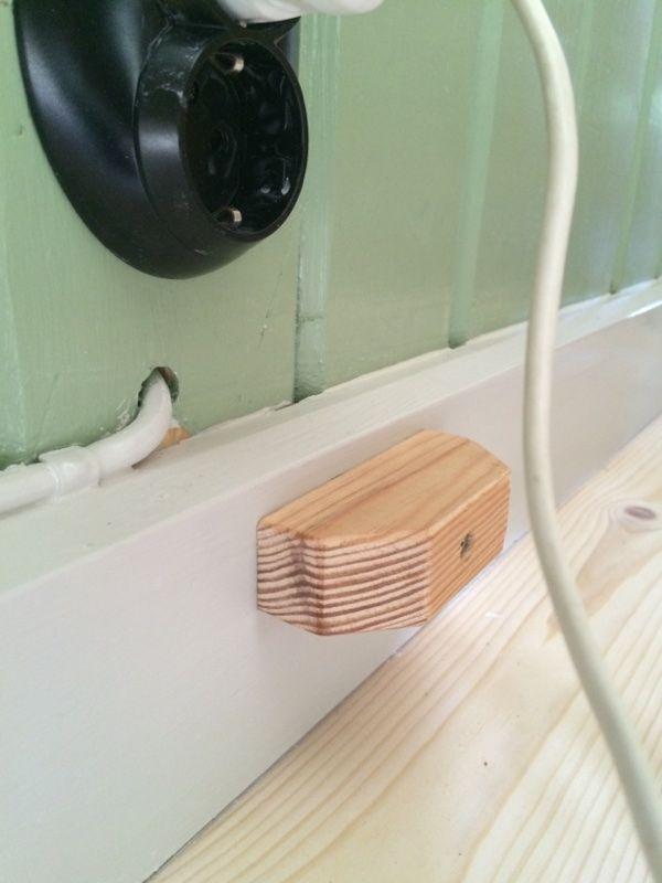När dörrar slås upp är det lätt att tapeter förstörs, det har vi löst med en liten stoppkloss som vi fäst i sockeln. Den kommer att målas i samma färg som sockeln är det tänkt.Jag vet inte hur de…