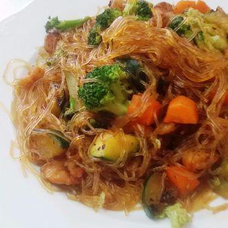 Fideos chinos con verduras y gambas