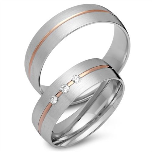 Trauringe Gold: Exklusive Eheringe aus 333er Rot- und Weissgold mit 3 Brillanten in 6mm Breite. Das Angebot bezieht sich auf beide Eheringe und beinhaltet eine kostenlose Innengravur sowie ein Gratis-Etui. Unsere Gold Eheringe sind bombiert (von Innen abgerundet) wodurch sie angenehm zu tragen sind. Die Ringe können auch als Verlobungsringe, Partnerringe oder Freundschaftsringe getragen werden. Bitte beachten Sie, dass diese Ringe speziell für Sie angefertigt werden und daher vom Umtausch…