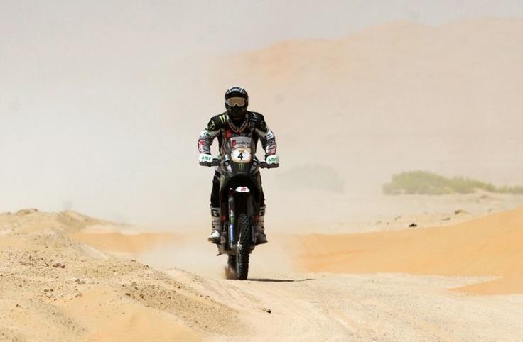 Paulo Gonçalves vence a última etapa do Abu Dhabi Desert Challenge. Paulo Gonçalves venceu nesta quinta-feira a última etapa do Abu Dhabi Desert Challenge, mas ficou a 32 segundos do espanhol Marc Coma, vencedor da primeira prova do Mundial de todo-o-terreno de motociclismo.  O piloto da Speedbrain foi o mais rápido nos derradeiros 266 quilómetros da prova, gastando 3h03m54s, menos 10 segundos do que Coma, insuficientes contudo para recuperar a desvantagem na geral para o espanhol da KTM.