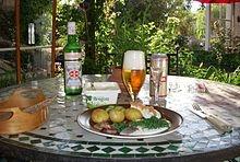 Matjes, saure Sahne, Frühkartoffeln, Schnittlauch und Ei, dazu Knäckebrot, ein typisches schwedisches Sommeressen