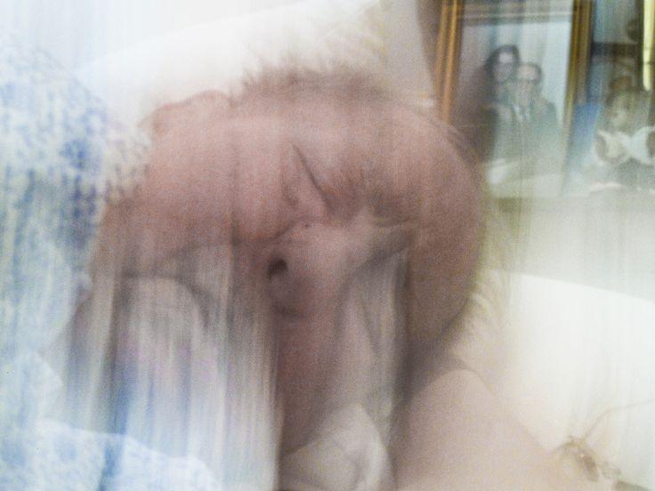 """© Peter van Agtmael, ca.  2011, Silver Spring, MD Como he & # 8217; sólo estoy actualizando mi Magnum Photos colección, pensé que usted debería presentarle a mi seguidor más famoso: Peter Van Agtmael, fotógrafo de Magnum.  Gracias por seguirnos y por darme esta historia de fondo para fotografía de arriba:. """"Esa es una foto de mi abuelo por la mañana temprano en el día del funeral de mi abuela me iba a quedar con él y no podía dormir bien así que me senté con él por un tiempo como él entraba…"""