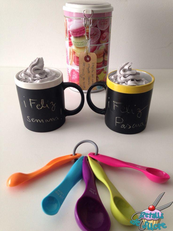 Mug cake de chocolate con azúcar moreno integral de caña y frosting cremoso de violetas. Receta modificada del preparado casero para mug cake de manzana y canela. http://www.manzanaycanela.com/2015/02/preparado-casero-para-mug-cake-bizcocho-taza-sin-esfuerzo.html?m=1