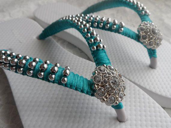 Hermosos diamantes de imitación perlas adornan estos personalizable chanclas para la playa de novias, damas de honor, para Luna de miel o vacaciones. Sandalias blancas planas, las correas envuelven (Macramé) en cinta de raso turquesa y bordado con perlitas de plata marfil y diamantes
