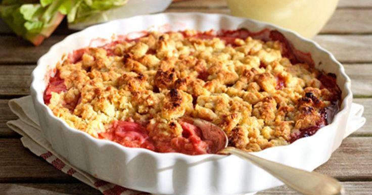 Rabarbertærten med smuldredej / crumble har en interessant smag af havre og kanel og er meget nem at lave.