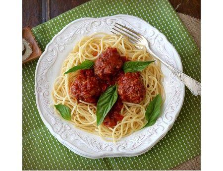 Спагетти и фрикадельки - вкусное удовольствие, проверенное временем. На десерт: замороженный йогурт с ягодами