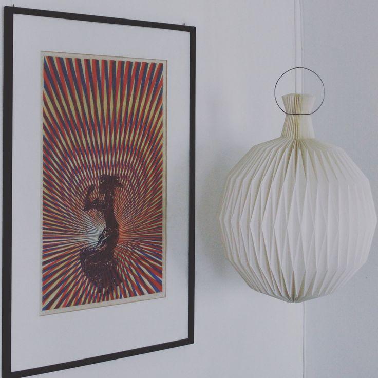 """Her ses et gammelt tysk lithoigrafi af en lokal Flensborg-kunstner og en gammel original LeKlint """"frugtlygte"""" lampe. Læg mærke til metalringen i toppen, den er helt tynd og ståltrådsagtig, de nye har en bred stålring om."""