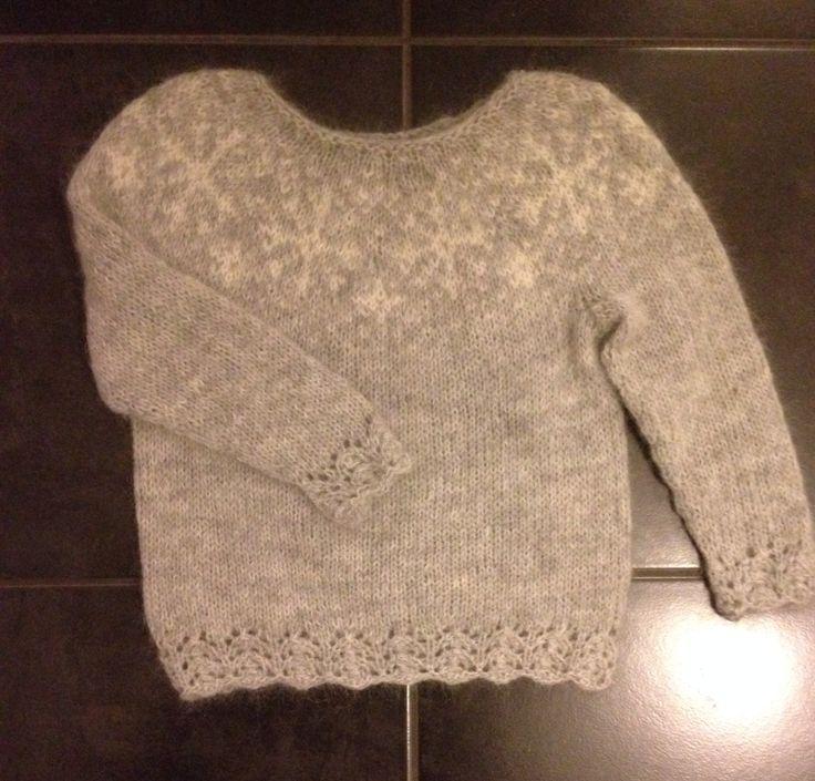 Frozen strikket i Hjerte Fine Highland Wool/hjerte Kid Mohair str. 4 år  Opskrift: http://garnhimlen.dk/shop/183-opskrifter/1086-strikkeopskrift-frozen/
