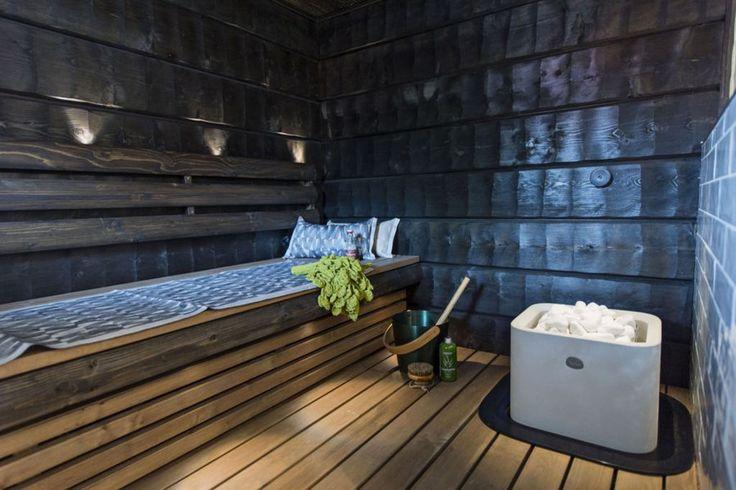 Seinäjoen asuntomessujen kohde 23 esitteli saunan, jossa nähtiin nyt kovin trendikästä piilutettua seinäpaneelia. Huomaa valkoinen kiuas.