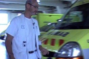 Ambulancier / -ière [Fiche métier Emploi Public, France] - L'ambulancier transporte et accompagne, dans des véhicules affectés à cet usage, des personnes et notamment des malades, des blessés. Pour être recruté en France, il doit détenir le permis de conduire B et être titulaire du diplôme d'État [DEA] délivré par un institut de formation d'ambulancier.