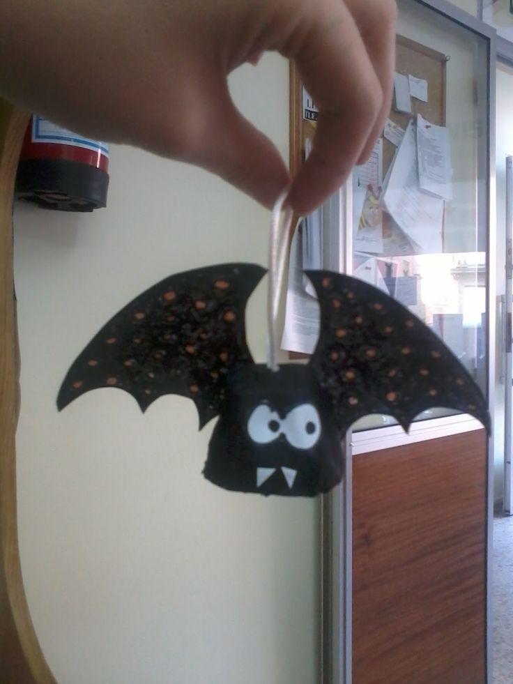 Morcego feito con caixa de ovos e cartulina.