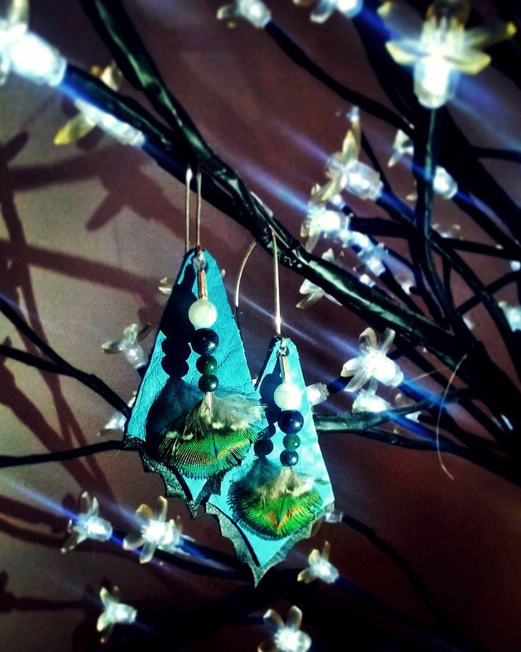 Pendientes LEATHER EDGING de plumas de pavo real, cuero, minerales y vidrio