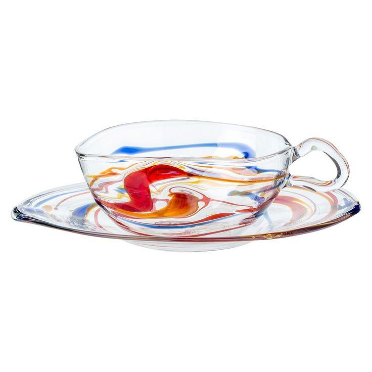 <p>Cette tasse à thé et sa soucoupe en verre si originales imaginées par le designer italien Massimo Lunardon reflète la passion du designer pour l'artisanat traditionnel avec une touche de modernité. La forme est comme ondulée et la couleur est présente de manière aléatoire dans le verre comme des éclaboussures qu'un artiste-peintre aurait pu faire avec de la peinture et son pinceau.</p>