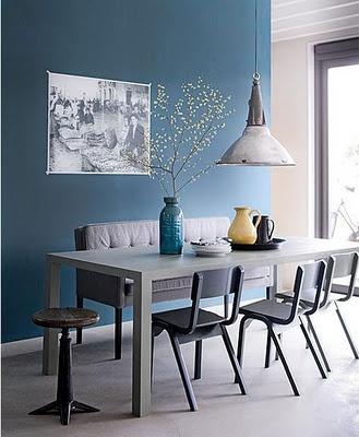 Stylingtip: Een kleur hoeft niet altijd van meubels of accessoires sf te hangen: een geschilderde muur met de rest van het interieur in een neutrale tint geeft ook kleur.