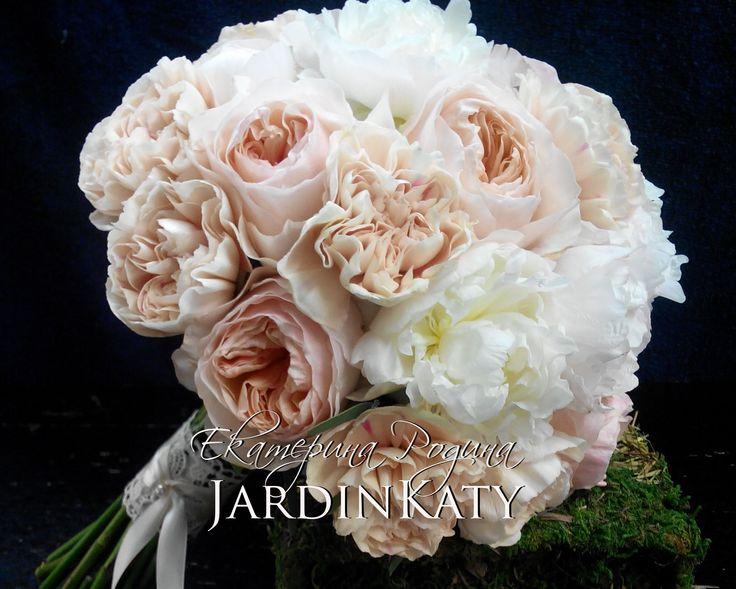 """Букет не просто """"бархатный"""", он великолепно пахнет! Всю свадьбу невесту окружал цветочный аромат."""