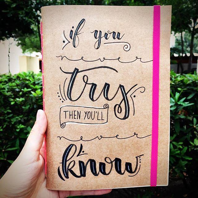 Esse foi presente para a minha mãe @katiakowas, para ela sempre lembrar de tentar! ❤️ #lettering #handlettering #brushlettering #brushpen #handmade #craft #moleskine #notebook #caderno #quadriculado #pautado #sempauta #posca #tombow #koi #sakura #oficinafu