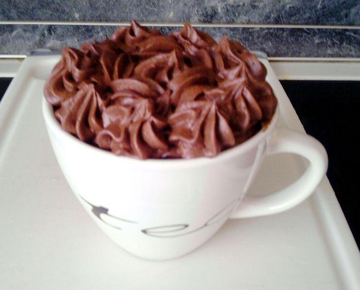 Za stálého míchání svaříme smetanu, cukr a kakao.Po spojení všech surovin a krátkém povaření směs odstavíme.Do horké zamícháme nalámanou čokoládu...