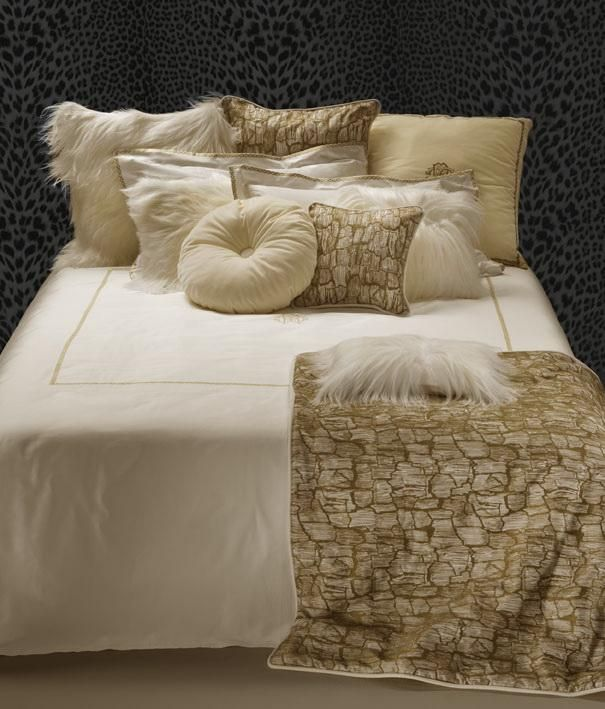 Simple and elegant, the Roberto Cavalli Home New Gold Duvet Cover Set showcases expert craftsmanship. The Roberto Cavalli logo is prominently featured in the center and is surrounded by a gold-colored outline. This beige duvet cover set also includes the fitted sheet and two pillow cases to bring the entire bedroom together.